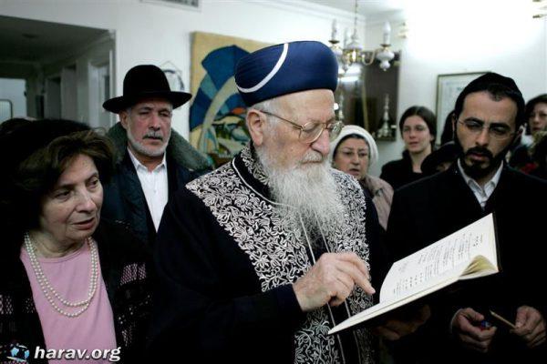הדלקת נרות חנוכה בבית הרב מרדכי אליהו
