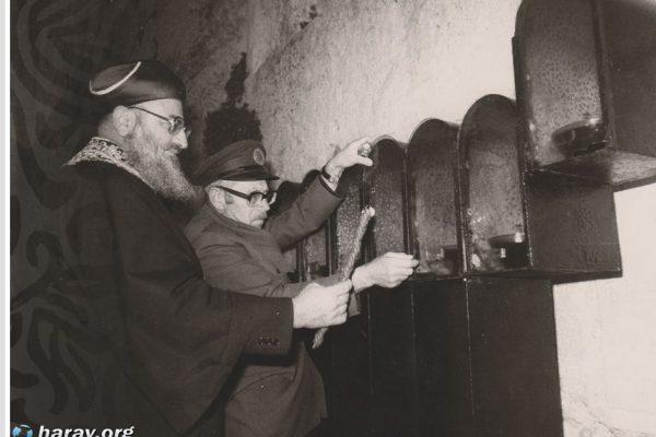 מרן הרב מרדכי אליהו בהדלקת נרות חנוכה בכותל המערבי