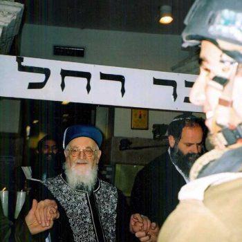 מרן הרב מרדכי אליהו בהדלקת נרות חנוכה בקבר רחל