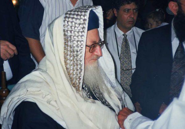 הרב-מרדכי-אליהו-בסנדקאות-בברית-מילה