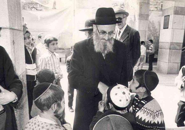 הרב-מרדכי-אליהו-עם-ילדים_2